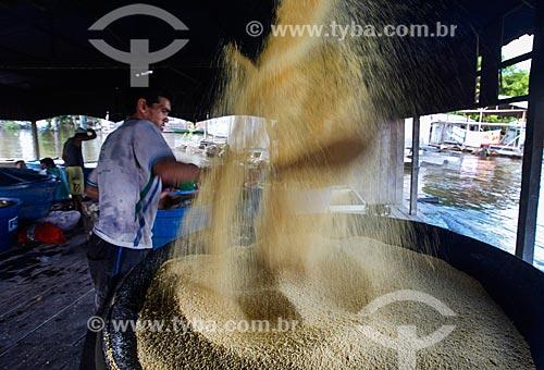 Homens trabalhando na produção de Farinha de mandioca  - Anamã - Amazonas (AM) - Brasil