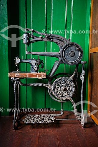 Antiga máquina de costura em exibição no Museu Histórico de Anápolis Alderico Borges de Carvalho  - Anápolis - Goiás (GO) - Brasil