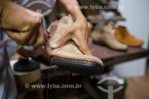 Detalhe de sapaterio fabricando bota na fábrica e loja de botas Rei do Gado  - Anápolis - Goiás (GO) - Brasil