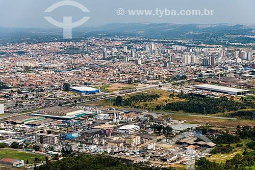 Foto aérea da Indústria Química Clariant com a cidade de Suzano ao fundo  - Suzano - São Paulo (SP) - Brasil
