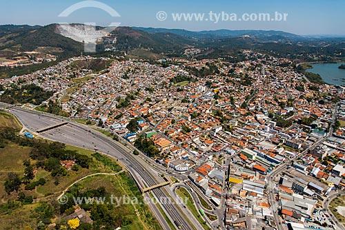 Foto aérea de trecho da Rodovia Fernão Dias (BR-381) próximo à Mairiporã com a Barragem Paulo de Paiva Castro ao fundo  - Mairiporã - São Paulo (SP) - Brasil