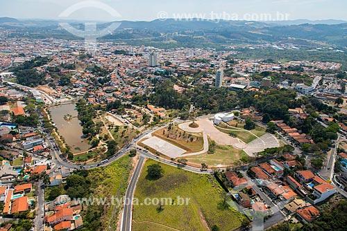Foto aérea do Centro de Convenções Victor Brecheret com o Lago do Major à esquerda  - Atibaia - São Paulo (SP) - Brasil