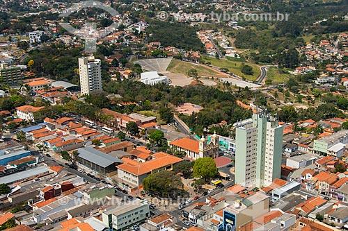 Foto aérea da Igreja de Nossa Senhora do Rosário com o Centro de Convenções Victor Brecheret ao fundo  - Atibaia - São Paulo (SP) - Brasil