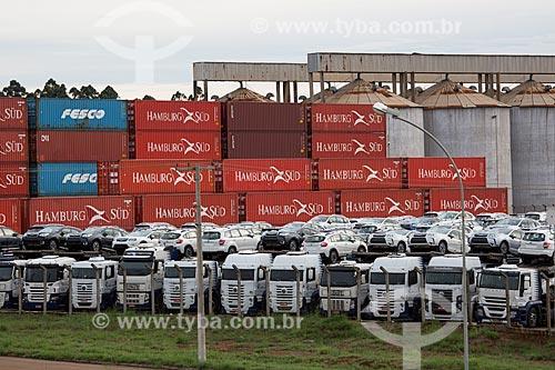Caminhões cegonha, carros e contêiners no pátio do Porto Seco Centro-Oeste S/A  - Anápolis - Goiás (GO) - Brasil