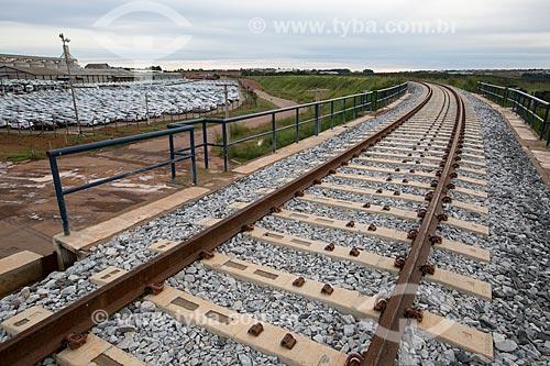 Ferrovia Norte-Sul com o pátio da fábrica da montadora Hyundai Motor Company ao fundo  - Anápolis - Goiás (GO) - Brasil