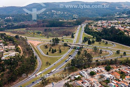 Foto aérea do trevo rodoviário entre a Rodovia Fernão Dias (BR-381) e a Rodovia Dom Pedro I (SP-065)  - Atibaia - São Paulo (SP) - Brasil