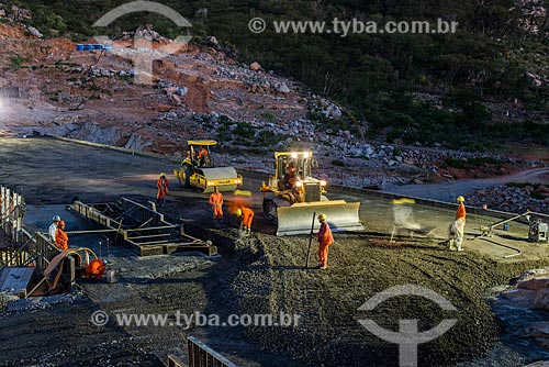 Turno da noite na obras do Reservatório Negreiros - parte do Projeto de Integração do Rio São Francisco com as bacias hidrográficas do Nordeste Setentrional  - Salgueiro - Pernambuco (PE) - Brasil