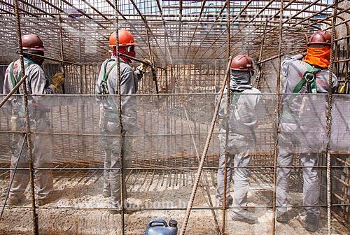 Operários no canteiro de obras da estação de bombeamento EBI-3 - Projeto de Integração do Rio São Francisco  - Salgueiro - Pernambuco (PE) - Brasil