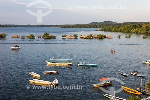 Vista de cima de barcos ancorados na orla da Ilha do Amor  - Santarém - Pará (PA) - Brasil