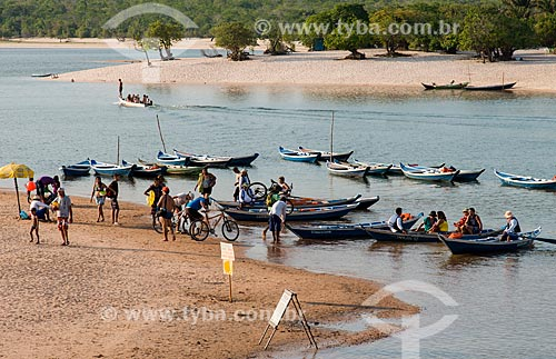 Catraias - tipo de balsa utilizada no transporte de passageiros - utilizada na travessia entre a Praia de Alter-do-Chão e a Ilha do Amor  - Santarém - Pará (PA) - Brasil