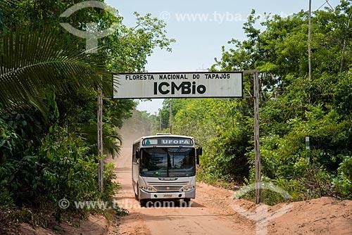 Ônibus da Universidade Federal do Oeste do Pará na Floresta Nacional do Tapajós  - Belterra - Pará (PA) - Brasil
