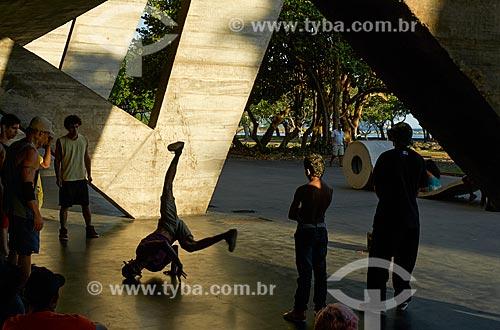 Jovens dançando Hip Hop no pátio do Museu de Arte Moderna do Rio de Janeiro (1948)  - Rio de Janeiro - Rio de Janeiro - Brazil