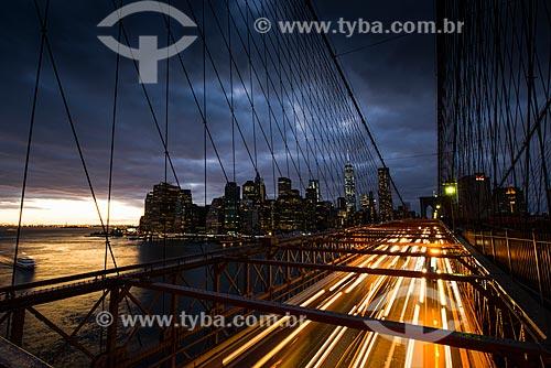 Tráfego na Ponte do Brooklyn durante o pôr do sol  - Cidade de Nova Iorque - Nova Iorque - Estados Unidos