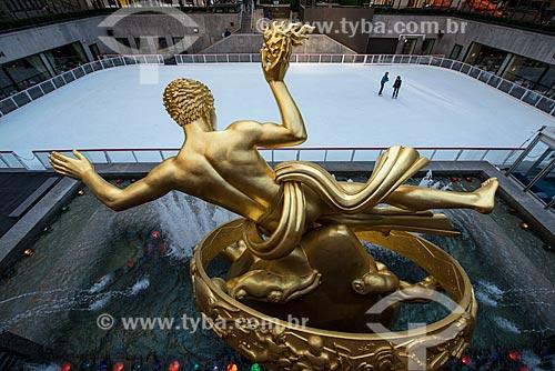 Estátua de Prometheus no Rockefeller Plaza com rinque de patinação no gelo ao fundo  - Cidade de Nova Iorque - Nova Iorque - Estados Unidos