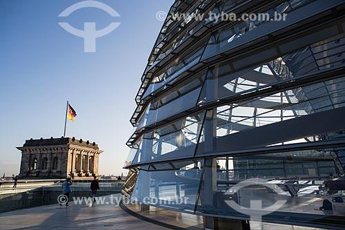 Vista de torre - à esquerda - e clarabóia na cobertura do Palácio do Reichstag (1894) - sede do Parlamento Alemão  - Berlim - Berlim - Alemanha