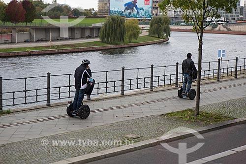 Pessoas andando de Segway Personal Transporter  - Berlim - Berlim - Alemanha