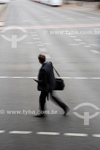 Homem atravessando a rua  - Berlim - Berlim - Alemanha