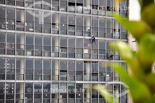 Homens limpando vidros do Edifício Gustavo Capanema (1945) - antigo Ministério da Educação, atual sede do Ministério da Cultura no Rio de Janeiro  - Rio de Janeiro - Rio de Janeiro (RJ) - Brasil
