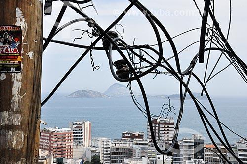 Ligação elétrica clandestina em poste na favela Pavão Pavãozinho com o Monumento Natural das Ilhas Cagarras ao fundo  - Rio de Janeiro - Rio de Janeiro (RJ) - Brasil