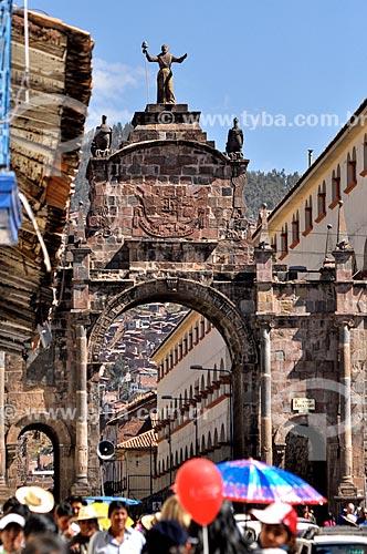 Pessoas passando pelo Arco de Santa Clara durante o Inti Raymi - festival religioso da civilização Inca em homenagem a Inti, o deus-sol, que marca o solstício de inverno  - Cusco - Departamento de Cusco - Peru