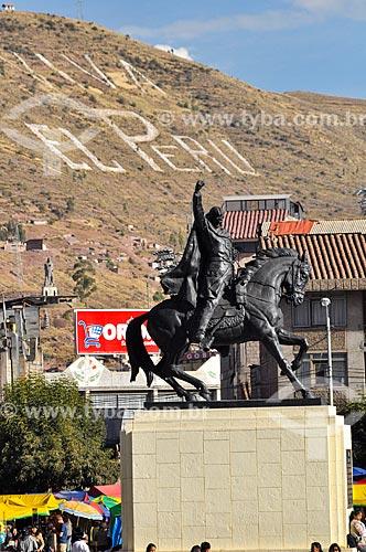 Estátua equestre de Tupac Amaru - último líder indígena da civilização Inca da época da conquista espanhol - na Plaza Tupac Amaru (Praça Tupac Amaru)  - Cusco - Departamento de Cusco - Peru
