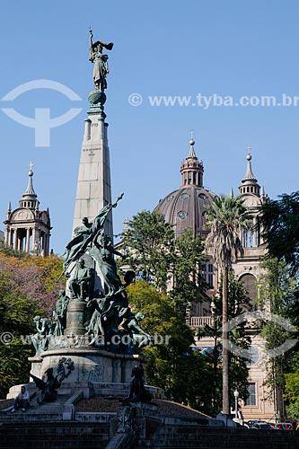 Vista do Monumento a Júlio de Castilhos na Praça Marechal Deodoro - mais conhecida como Praça da Matriz com a Catedral Metropolitana de Porto Alegre (1929) ao fundo  - Porto Alegre - Rio Grande do Sul (RS) - Brasil