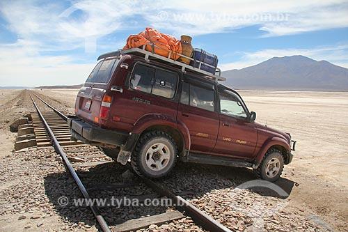 Carro atravessando a ferrovia próxima ao Salar de Uyuni  - Uyuni - Departamento Potosí - Bolívia