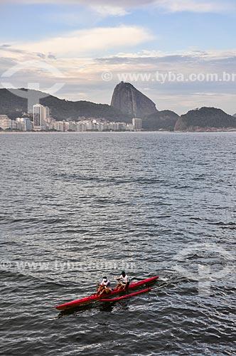 Praticantes de canoagem na Baía de Guanabara com o Pão de Açúcar ao fundo  - Rio de Janeiro - Rio de Janeiro (RJ) - Brasil