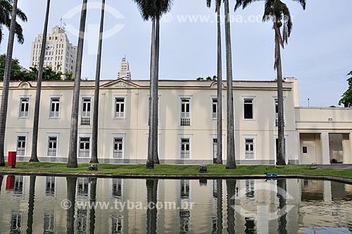 Jardim interno do Palácio do Itamaraty (1854) - antigo Ministério das Relações Exteriores - com a torre do relógio da Central do Brasil ao fundo  - Rio de Janeiro - Rio de Janeiro (RJ) - Brasil