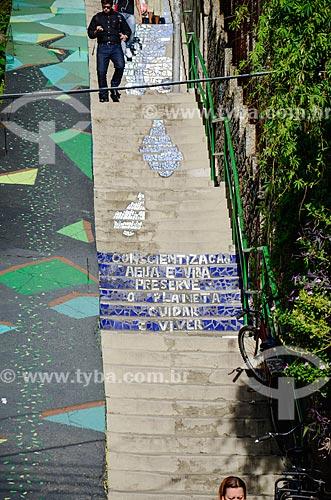 Detalhe de escadaria na favela Ladeira dos Tabajaras com a mensagem sobre o uso consciente da água  - Rio de Janeiro - Rio de Janeiro (RJ) - Brasil