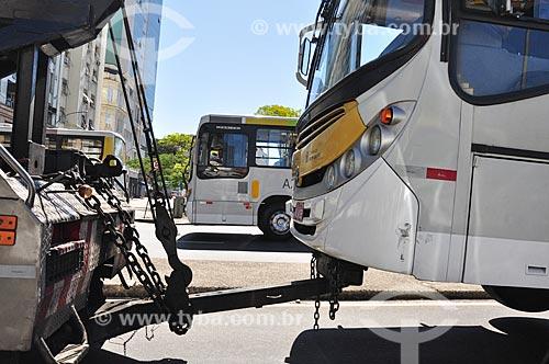 Veículo sendo rebocado na via de acesso ao Elevado da Perimetral próximo à Igreja de Nossa Senhora da Candelária  - Rio de Janeiro - Rio de Janeiro (RJ) - Brasil