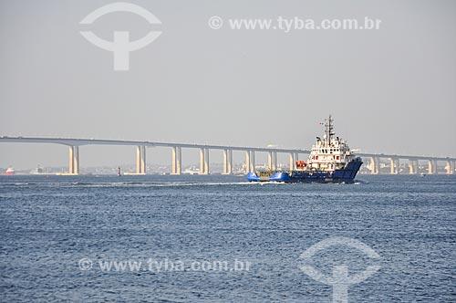 Vista de rebocador na Baía de Guanabara com a Ponte Rio-Niterói ao fundo  - Rio de Janeiro - Rio de Janeiro (RJ) - Brasil