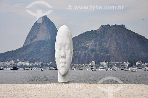 Estátua de fibra de vidro denominada Awilda, instalada na Praia de Botafogo - Obra do artista espanhol Jaume Plensa  - Rio de Janeiro - Rio de Janeiro (RJ) - Brasil