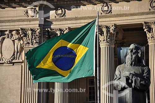 Detalhe da Bandeira do Brasil e escultura de Joaquim José da Silva Xavier (Tiradentes) - 1926 - em frente a Assembléia Legislativa do Estado do Rio de Janeiro (ALERJ)  - Rio de Janeiro - Rio de Janeiro (RJ) - Brasil