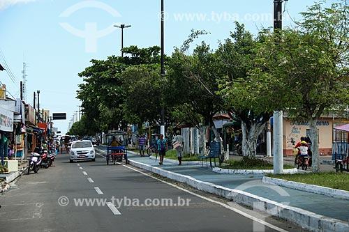 Rua comercial na cidade de Parintins - calçadas em azul (Boi Caprichoso)  - Parintins - Amazonas (AM) - Brasil