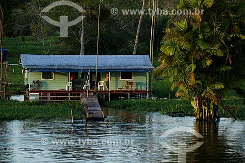 Casa na Comunidade Ribeirinha Nossa Senhora do Carmo às margens do Rio Amazonas durante a época de cheia  - Itacoatiara - Amazonas (AM) - Brasil