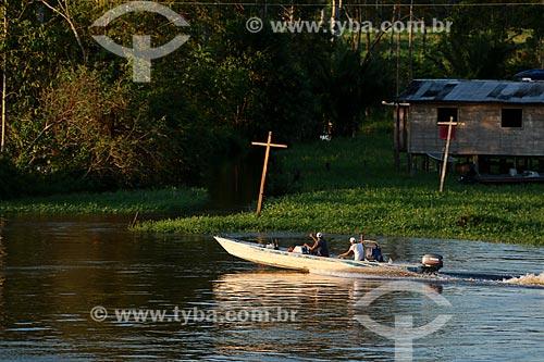 Lancha na Comunidade Ribeirinha Nossa Senhora do Carmo às margens do Rio Amazonas durante a época de cheia  - Itacoatiara - Amazonas (AM) - Brasil