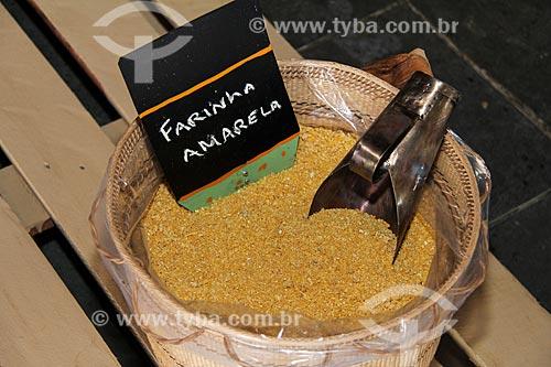 Detalhe do farinha amarela - feita de mandioca amarela  - Parintins - Amazonas (AM) - Brasil