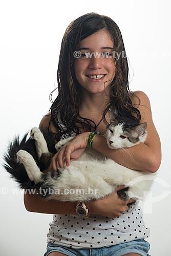 Menina segurando gato  - Rio de Janeiro - Rio de Janeiro (RJ) - Brasil