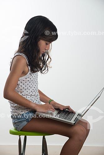 Menina utilizando computador  - Rio de Janeiro - Rio de Janeiro (RJ) - Brasil