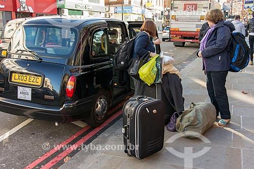 Passageiros desembarcando de táxi  - Londres - Grande Londres - Inglaterra