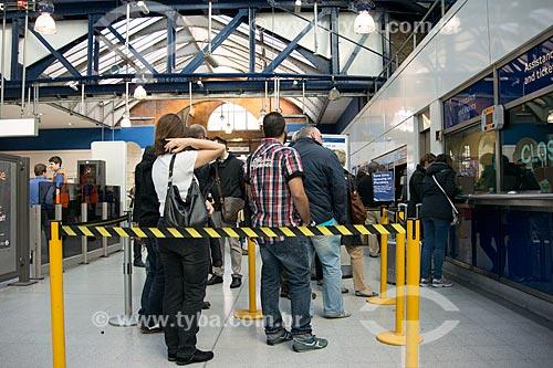 Passageiros em fila na estação Earls Court do metrô  - Londres - Grande Londres - Inglaterra
