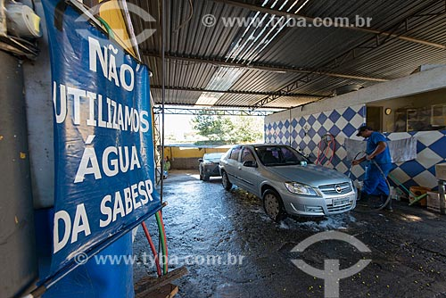 Placa em lava-rápido indicando o uso de água de reúso devido à crise de abastecimento de água  - São Paulo - São Paulo (SP) - Brasil