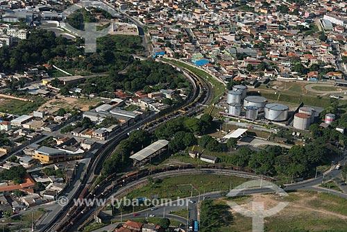 Foto aérea de trem da Ferrovia Centro-Atlântica próximo ao terminal de combustíveis da PETROBRAS  - Betim - Minas Gerais (MG) - Brasil