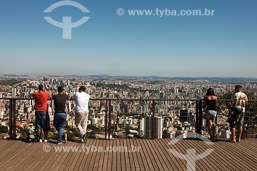 Turistas observando a cidade de Belo Horizonte a partir do mirante do Parque Municipal das Mangabeiras  - Belo Horizonte - Minas Gerais (MG) - Brasil