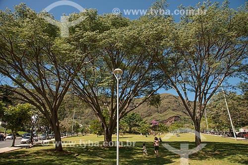 Pessoas brincando na Praça Israel Pinheiro - também conhecida como Praça do Papa - com a Serra do Curral ao fundo  - Belo Horizonte - Minas Gerais (MG) - Brasil