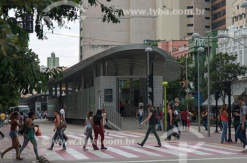 Pedestres atravessando na faixa de pedestre próximo à Estação MOVE Carijós - Corredor MOVE Área Central  - Belo Horizonte - Minas Gerais (MG) - Brasil
