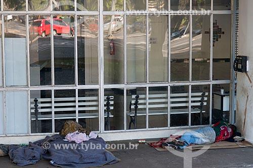 Morador de rua dormindo sob marquise da Biblioteca Pública Estadual Luiz de Bessa - também conhecida como Biblioteca da Praça da Liberdade  - Belo Horizonte - Minas Gerais (MG) - Brasil