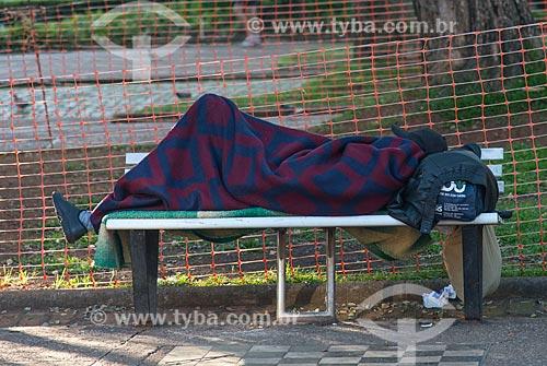 Morador de rua dormindo na Praça da Liberdade  - Belo Horizonte - Minas Gerais (MG) - Brasil