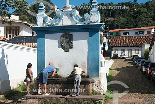 Pessoas bebendo água no Chafariz do Caquende (1757)  - Sabará - Minas Gerais (MG) - Brasil